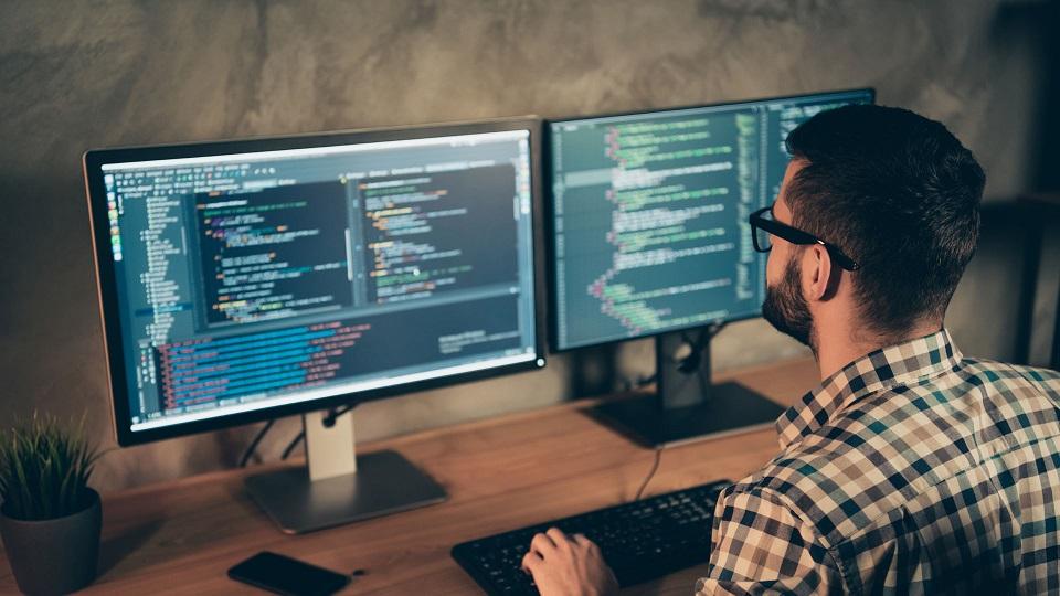 homme qui se forme au developpement web
